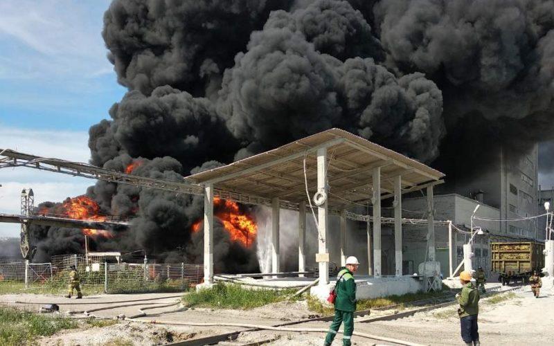 Крупный пожар — в Братске горят нефтепродукты на ЛПК