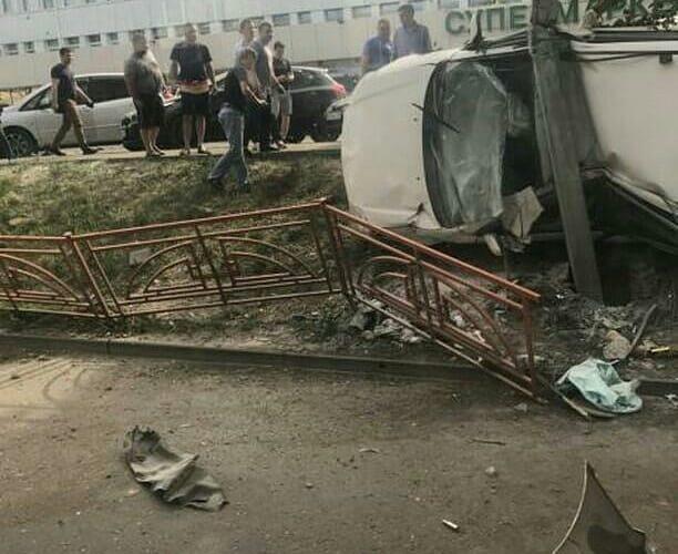 Автомобиль протаранил дорожное ограждение, столб и перевернулся на улице Лермонтова