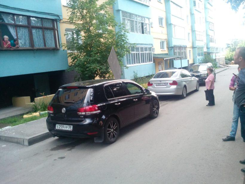 В Иркутске на машину провайдера упал кусок кровли