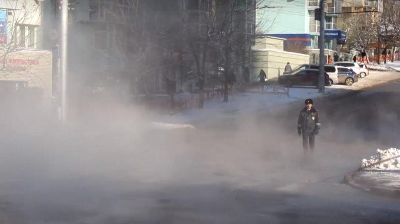 Полиция продолжает работать на участке прорыва теплопровода в Иркутске. Видео