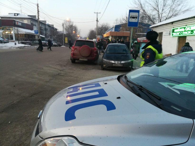 Автомобиль наехал на людей на остановке «Свердловский рынок» в Иркутске