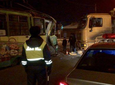 Полиция просит откликнуться очевидцев столкновения грузовика с трамваем в Иркутске