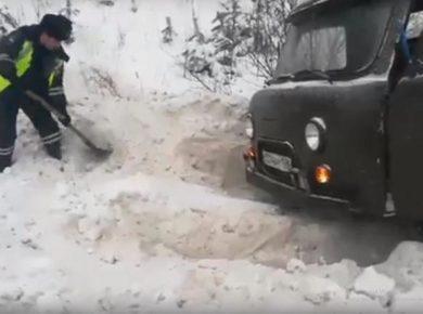 Сотрудники ДПС в Иркутске помогли водителю откопать УАЗ, съехавший в кювет