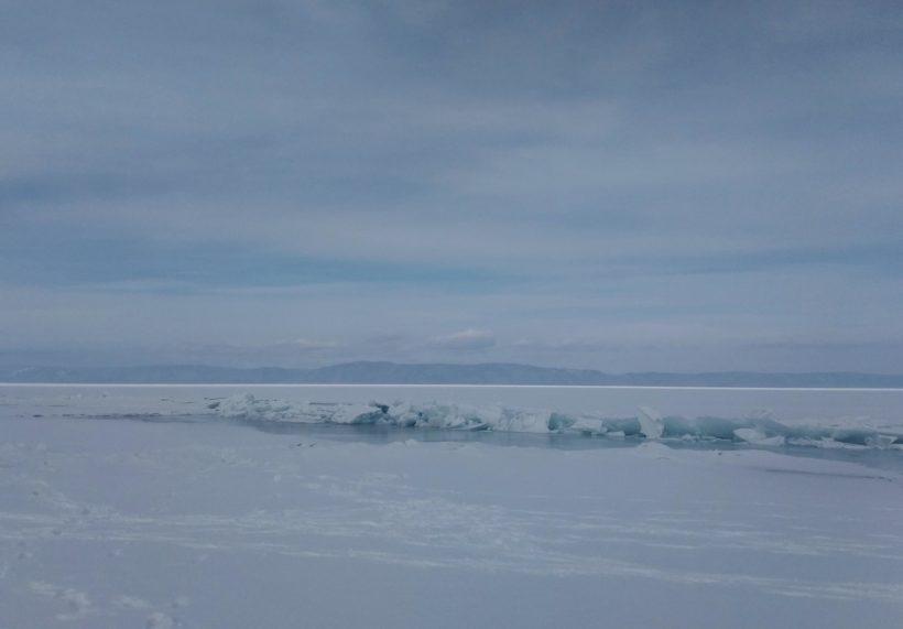 МЧС: ежедневно на Байкале увеличивается количество новых промоин и трещин
