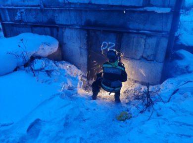 Пожарные спасли запертого в тепловом коллекторе мужчину в Усть-Куте