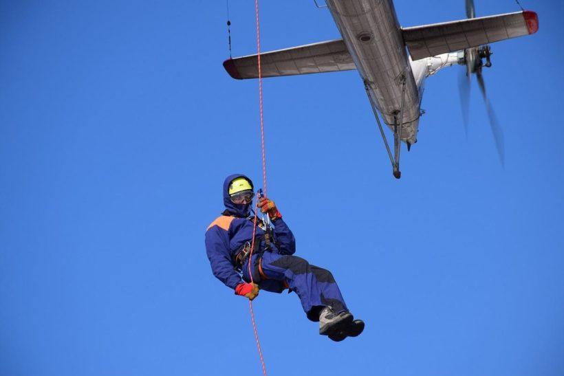 Иркутские спасатели провели учебно-тренировочные сборы по беспарашютному десантированию с вертолёта