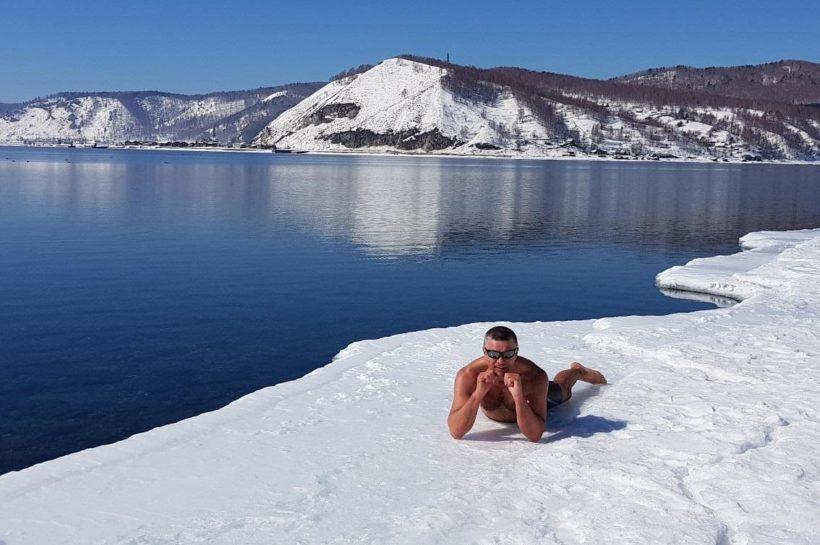 Иркутянин проплыл подо льдом Байкала 60 метров. Видео