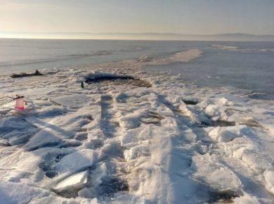 Машина с людьми затонула на Байкале
