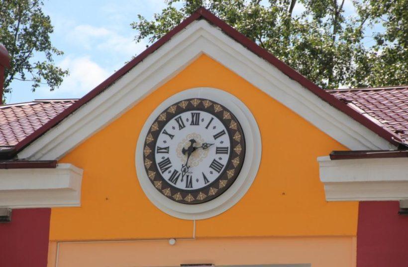 Новые часы появились на фасаде Музея часов в Ангарске