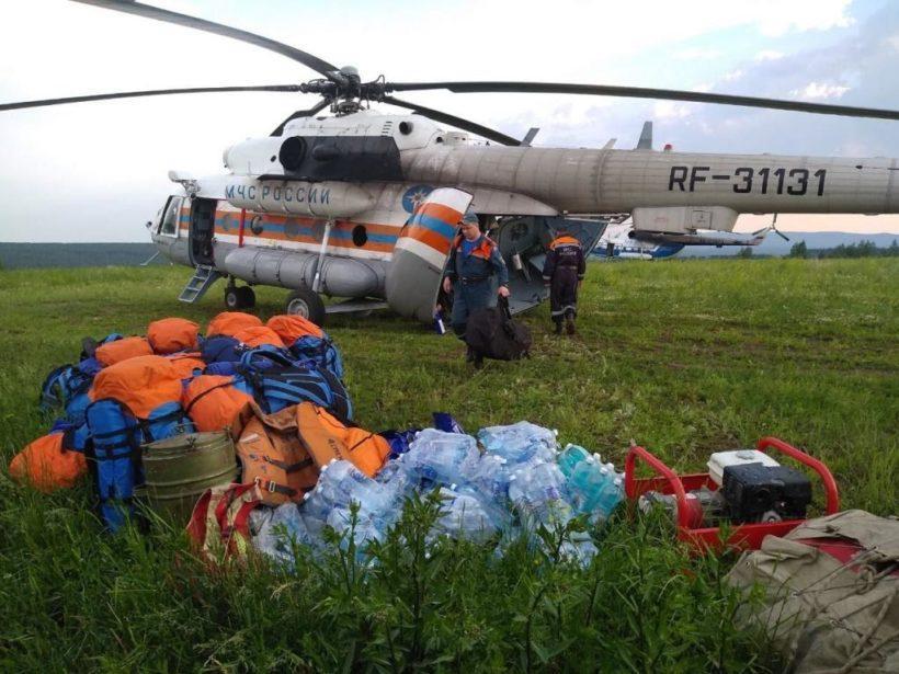 Авиация МЧС доставляет гуманитарную помощь и пенсии в населенные пункты, отрезанные от райцентров водой. Видео