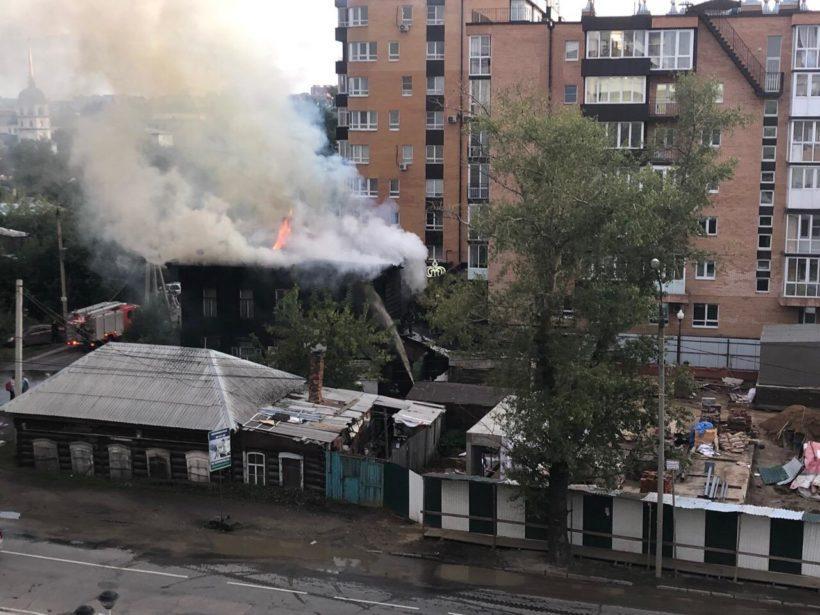Деревянный дом сгорел в центре Иркутска