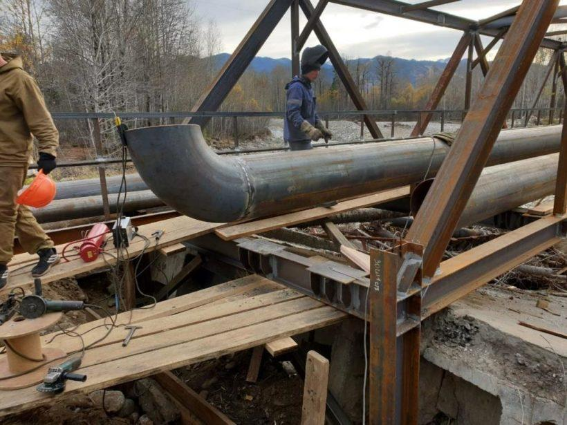 Канализационный коллектор через реку Солзан, частично разрушенный паводками в Байкальске, отремонтировали