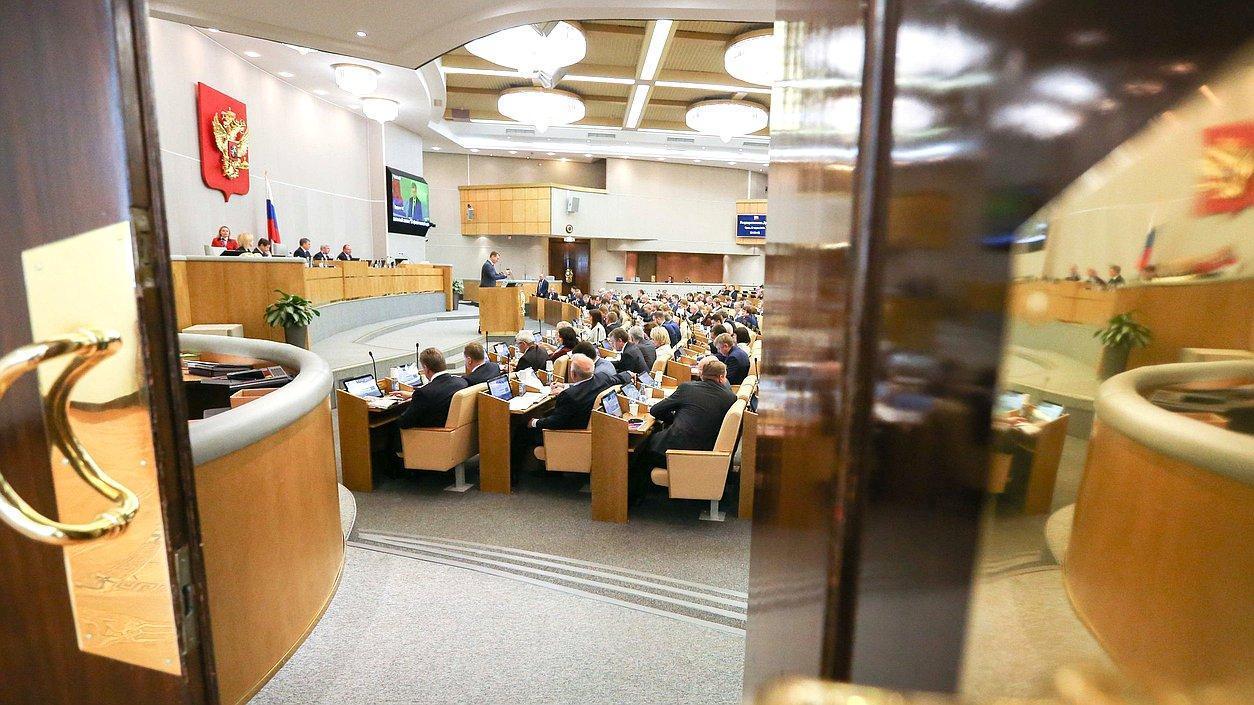 """Госдума в первом чтении одобрила законопроект об отмене """"банковского роуминга"""""""