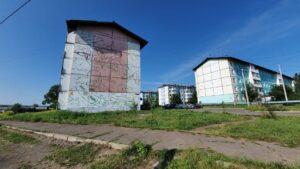 Граффити на тему паводка создают на стене многоквартирного дома в Тулуне