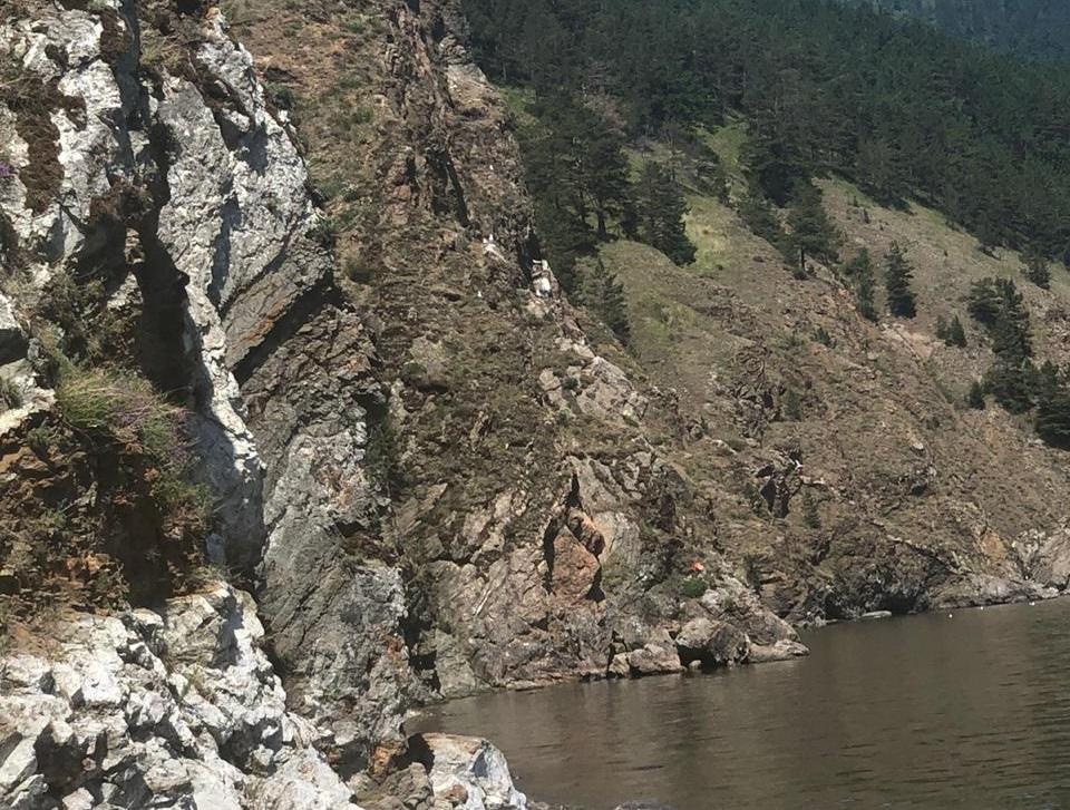 Ребенок сорвался со скалы и погиб в районе Листвянки