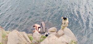 Мужчина сорвался с 8-метровой скалы в заливе Межница Усть-Илимского водохранилища