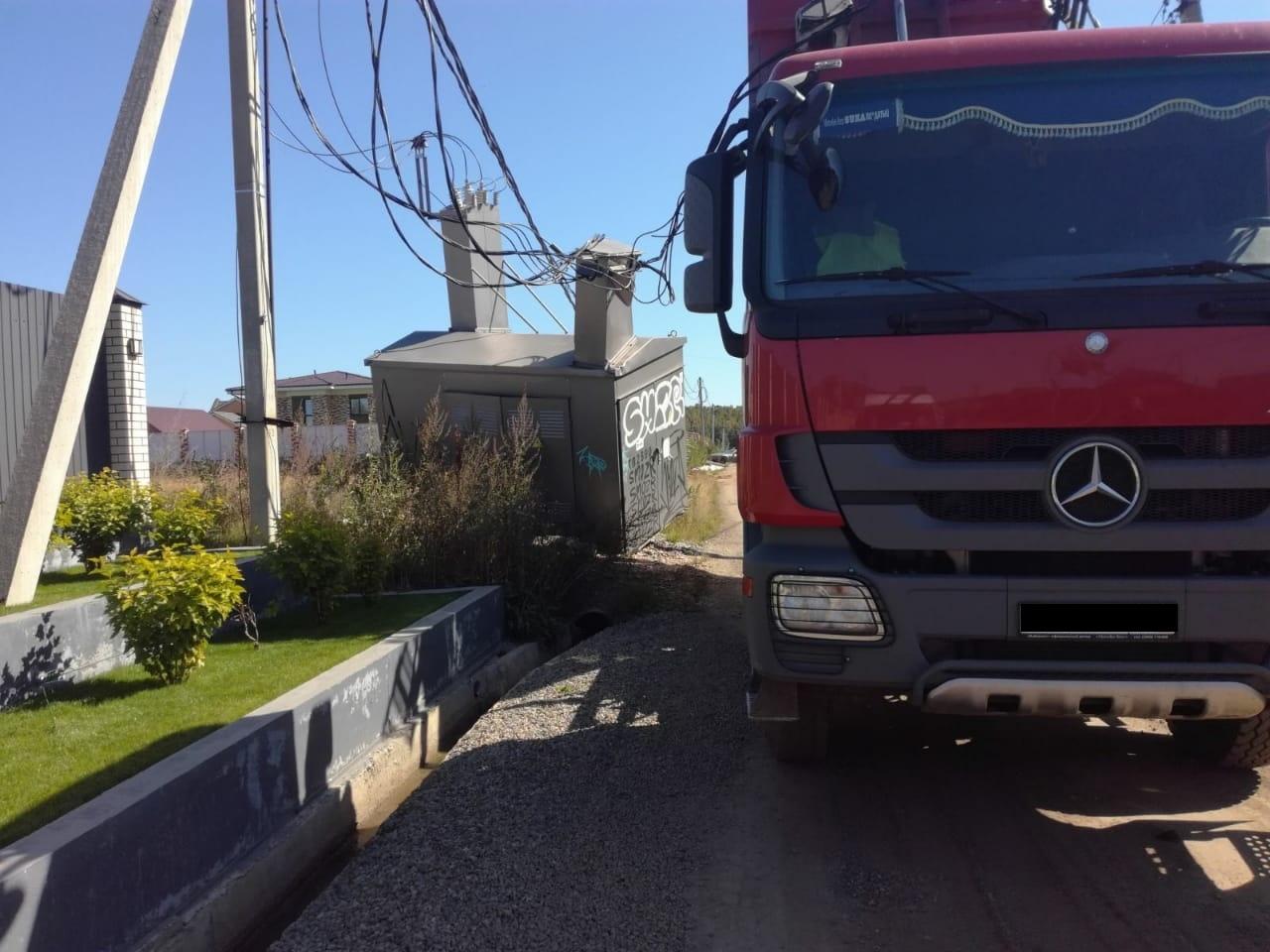 Грузовик повредил трансформаторную подстанцию в поселке Новая Разводная