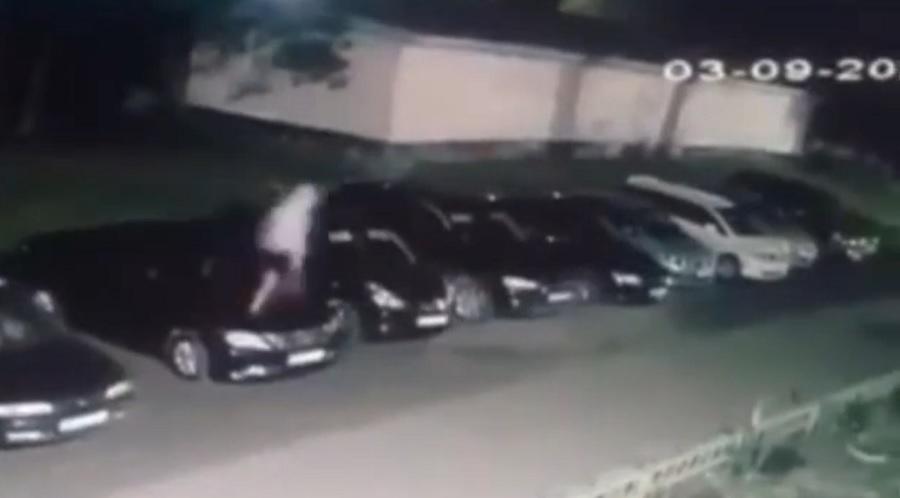 Неизвестный молодой человек повредил несколько автомобилей в Ангарске
