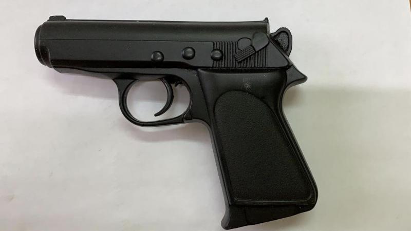 В Братске мужчина, угрожая игрушечным пистолетом, напал на парикмахера
