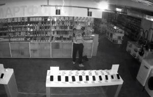 Грабитель похитил смартфоны на полтора миллиона рублей из магазина в Ангарске