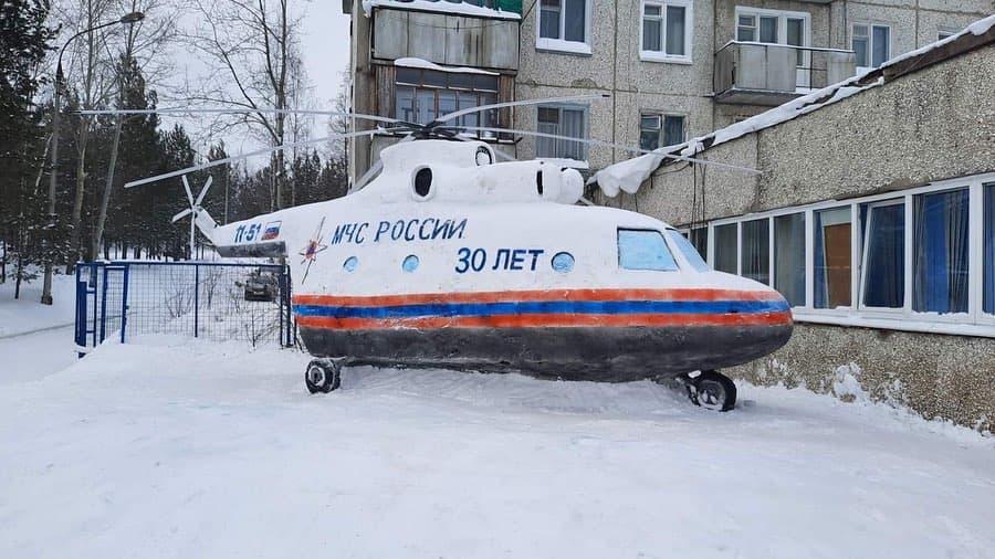 Пожарные в Усть-Илимске соорудили вертолет из снега и льда