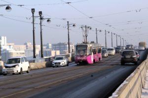 Трамвай столкнулся с несколькими автомобилями в Иркутске 5 марта